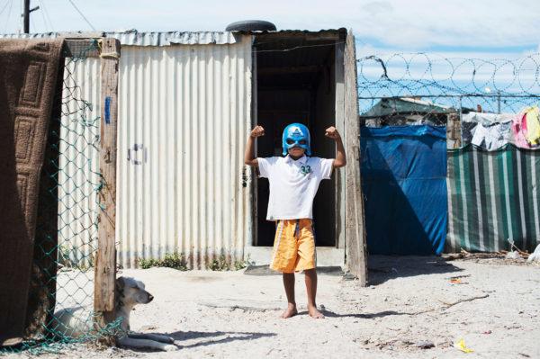 Ein kleiner Held in einem Township in Südafrika, Bild aus Afrika erhältlich im Onlineshop