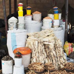 Bohnen, Erdnüsse und Mopani Würmer auf ein Markt in Sambia, das Bild aus Afrika ist erhältlich im Onlineshop