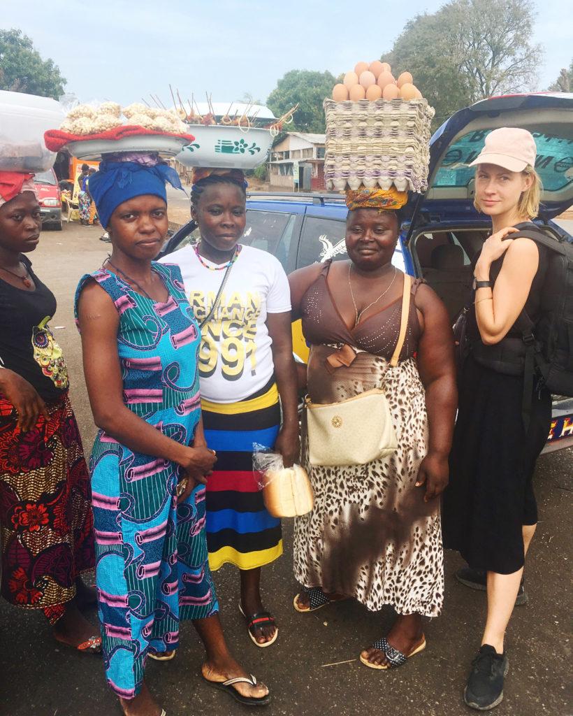 Autorin und Fotografin Maria Schiffer in Afrika während eine Reise durch Sierra Leone, für ihr Buch Eating with Africa